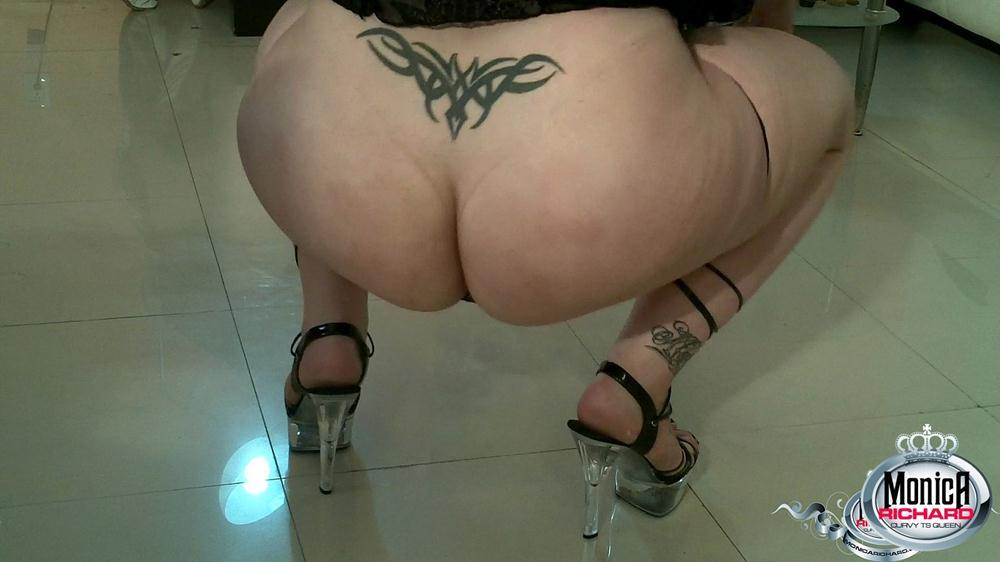BBW T-Girl Flashes Flaunts Her Enormous Bum