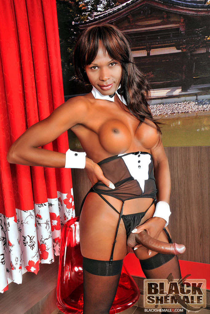 Black T-Girl Isabela Sottani Jacks Off