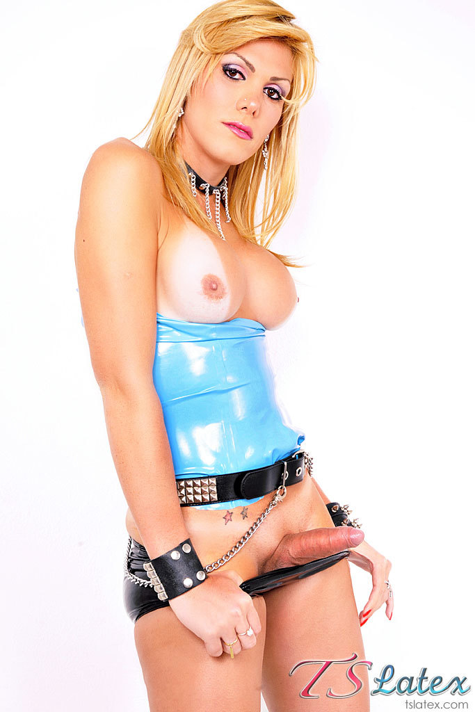 Blonde Transexual Kanandra Hickman Shows Us Off In Latex