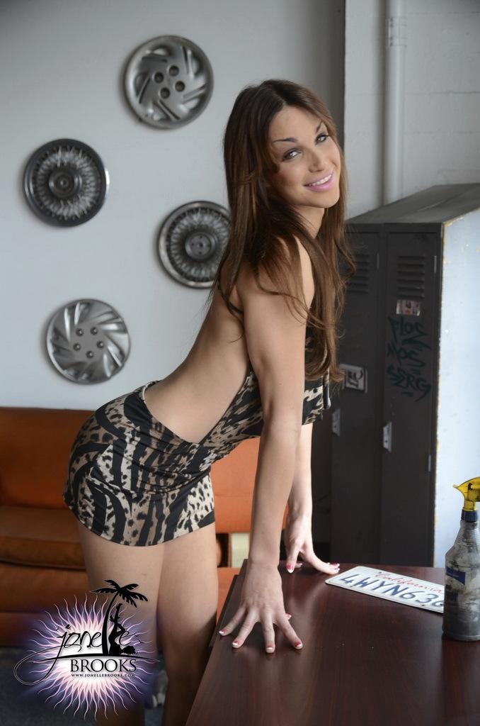 Flirtatious Jonelle Posing Her Awesome Body