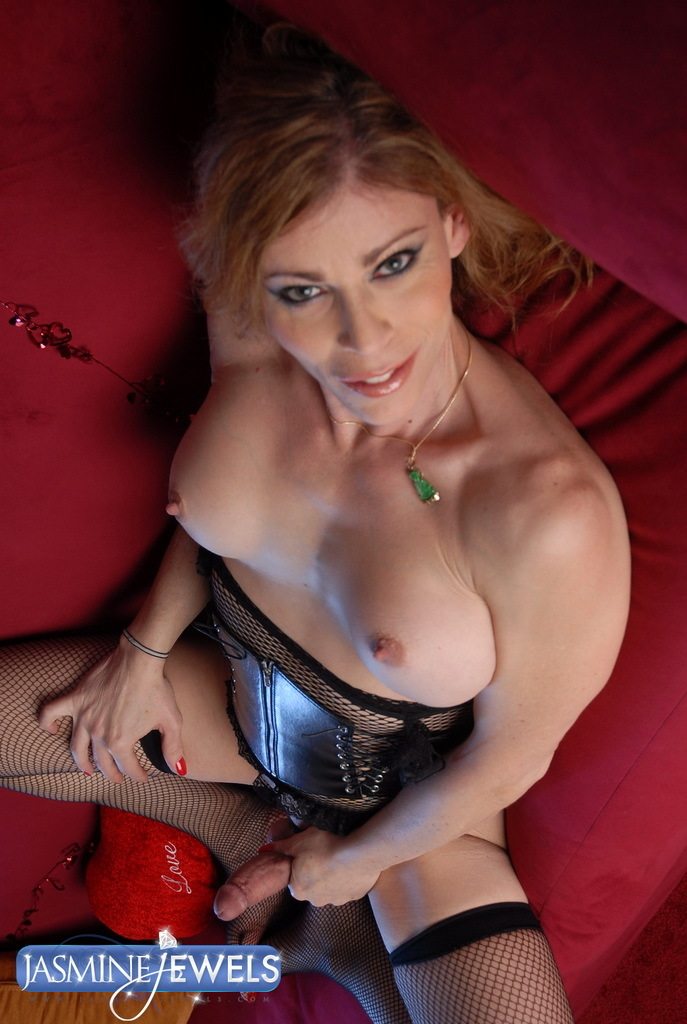 Flirtatious TS MILF Jasmine Jewels Posing Her Meaty Thick Dick