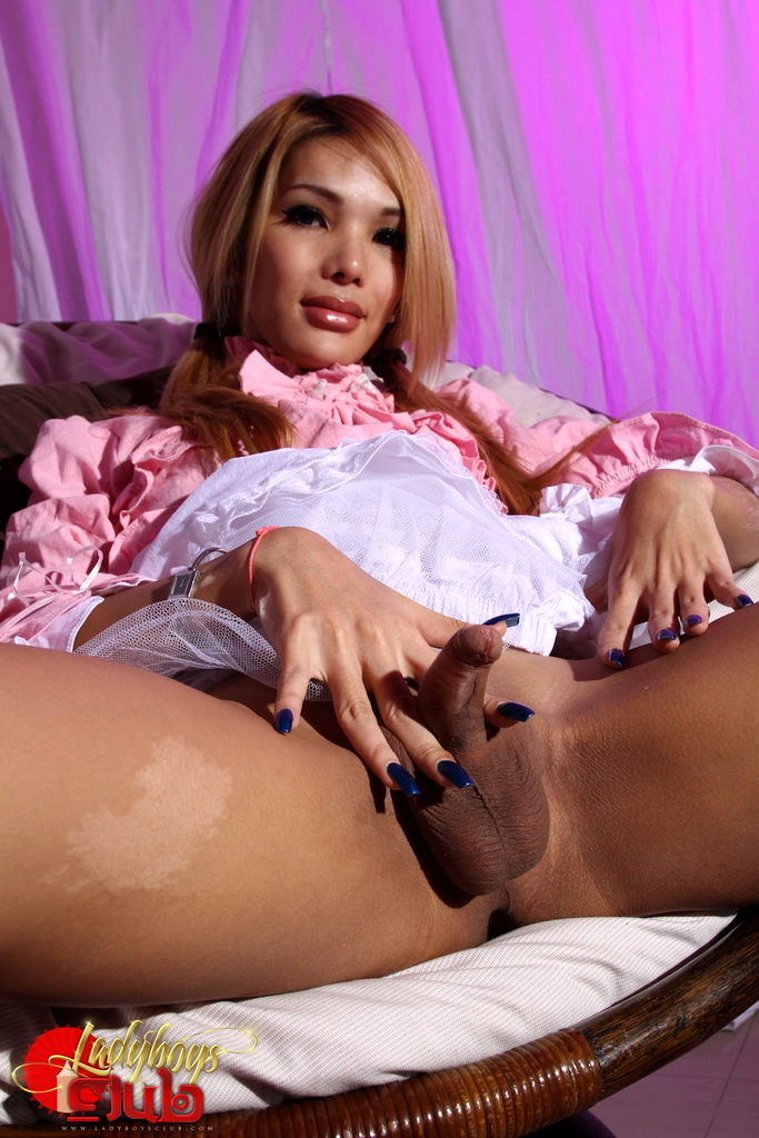 Titillating TS Jody Plays With Herself